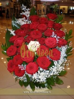 Cos cu trandafiri rosii