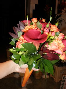 Buchetel de nasa colorit exotic din cale, trandafiri si miniroze