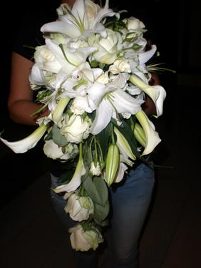 Buchet mireasa in cascada din cale albe, crini albi, trandafiri albi, miniroze albe