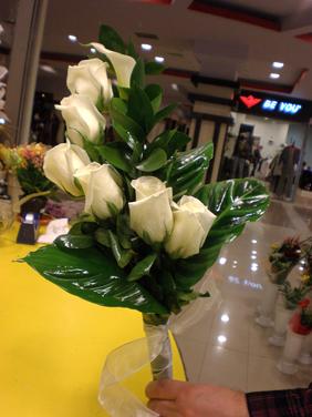 Buchet de mireasa 6 trandafiri albi si o cala alba