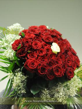 Buchet aniversar din 50 trandafiri rosii si 1 trandafir alb