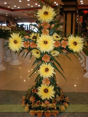 Cruce din crizanteme galbene