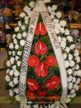 Coroana din crizanteme albe, gerbera rosii si anthurium