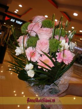 Buchet din trandafiri roz, gerbera roz, diantus