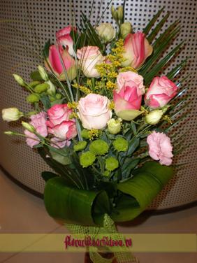 Buchet din trandafiri roz decorat cu lisianthus alb si roz