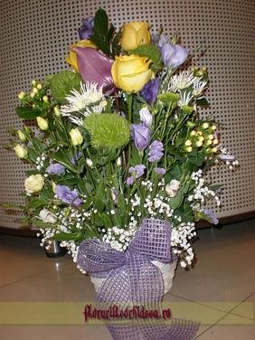 Aranjament pe burete din trandafiri galbeni, anthurium lila si eustoma alb si blue