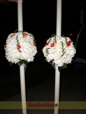 Lumanari de nunta cu hortensii albe si frezie portocalie