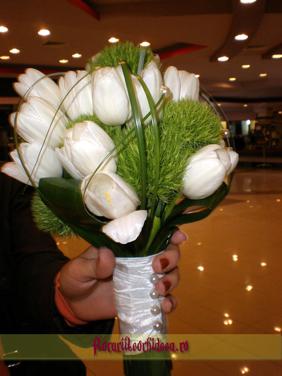 Buchet de mireasa din lalele albe si dianthus verde