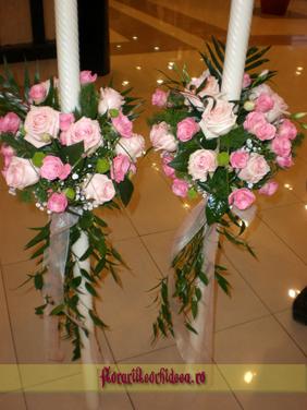 Lumanari de nunta din trandafiri rozi si miniroze roz