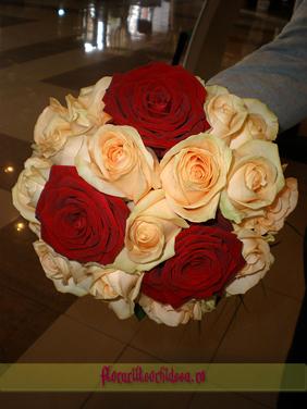 Buchet de mireasa din trandafiri rosii si trandafiri crem