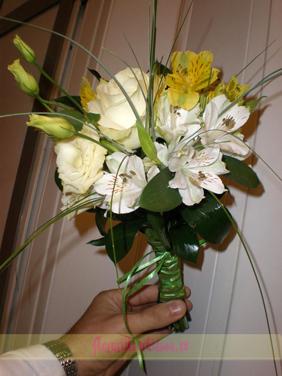 Buchet de mireasa cu alstromeria alba si galbena, lisianthus alb si trandafir alb