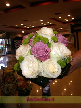 Buchet de mireasa din trandafiri albi si trandafiri lila si santini