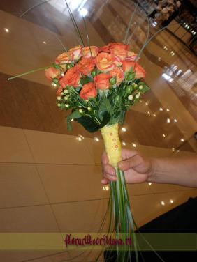 Buchet de mireasa din trandafiri portocalii si miniroze portocalii