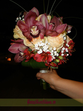 Buchet de mireasa cu orhidee phalaenopsis visinii, trandafiri crem si alstromeria rosie
