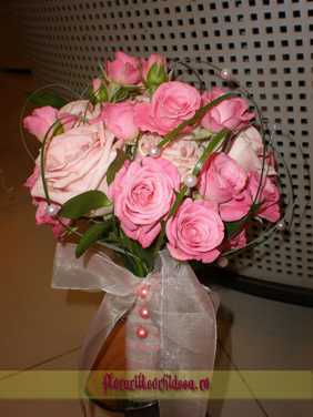 Buchet de mireasa cu trandafiri roz si miniroze roz