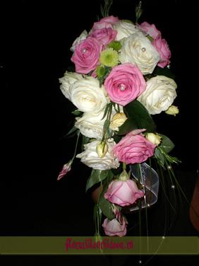 Buchet de mireasa cu trandafiri albi si trandafiri lila