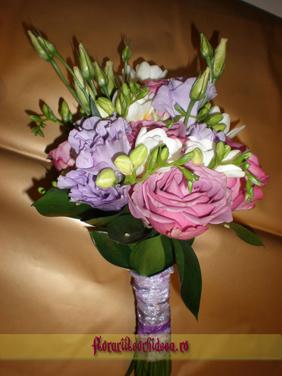 Buchet de mireasa din trandafiri fuxia, eustoma, frezie