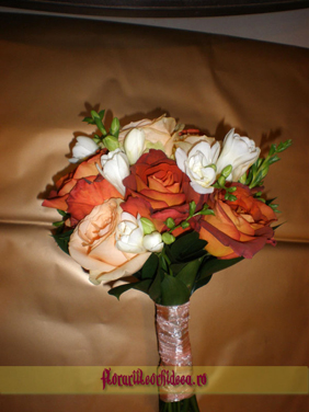 Buchet de mireasa din trandafiri crem, trandafiri cognac si frezii albe