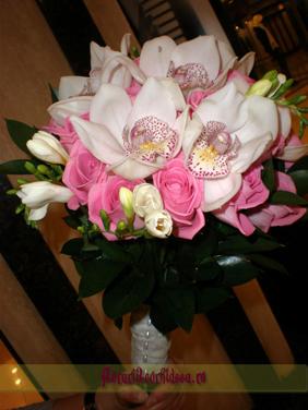 Buchet de mireasa din orhidee phalaenopsis, trandafiri roz si frezii albe