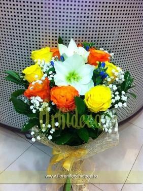 Crin alb intre trandafiri galbeni si portocalii