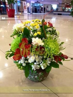 Aranjament cu frezii, crizanteme, alstroemeria