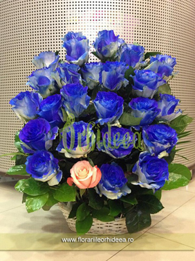 Aranjament floral din trandafiri albastri