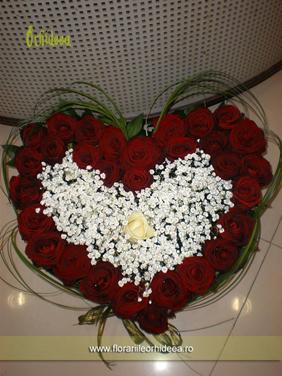 Aranjament floral in forma de inima din trandafiri rosii - romantic