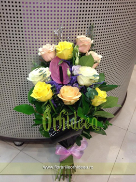 "Buchet ""Anthurium printre trandafiri"""