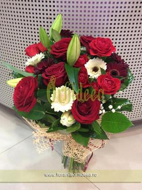 Buchet crini albi, trandafiri rosii, gerbera