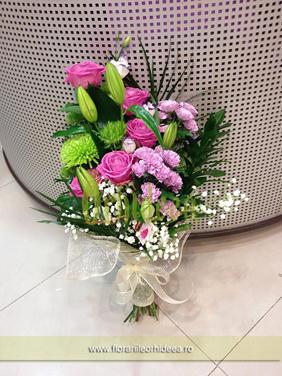 Buchet de trandafiri roz si crini decorat cu diantus si crizanteme lila