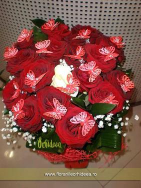 Buchet din trandafiri rosii cu fluturasi