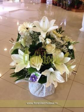 Buchet flori albe: crin, trandafir, gerbera