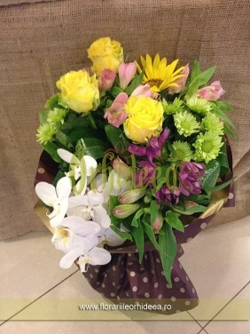 Buchet mixt: orhidee alba, trandafiri, crizanteme, alstroemeria