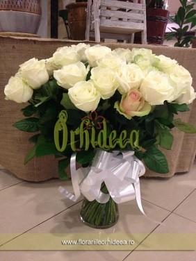 Buchet trandafiri in vaza de sticla