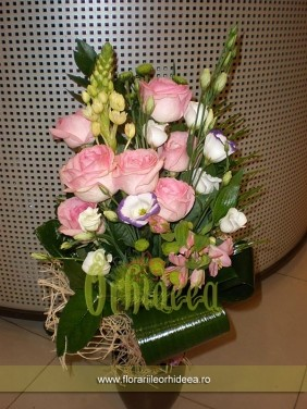 Buchet trandafiri roz, lisianthus, dianthus verde