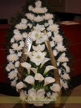 Coroana din crizanteme albe, cale albe si amrillis alb