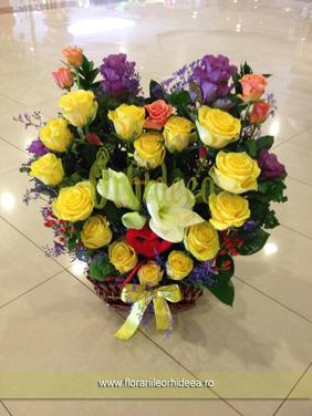 Cos cu flori in forma de inima