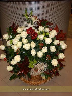 Cos cu trandafiri albi si amarrillys