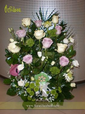 Cos cu trandafiri albi si trandafiri lila