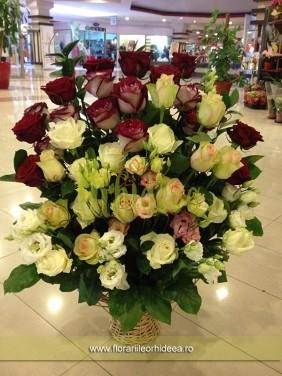Cos cu trandafiri si lisianthus