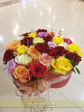 Cutie cu trandafiri asortati