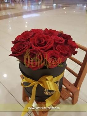 Cutie de trandafiri rosii