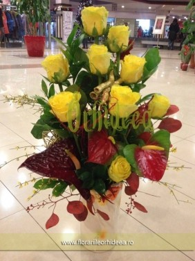 Trandafiri si anthurium in vaza